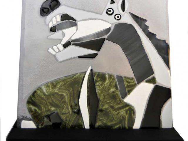 Caballo Guernica en vidrios grises y verdes sobre peana de madera teñida en negro. 48€
