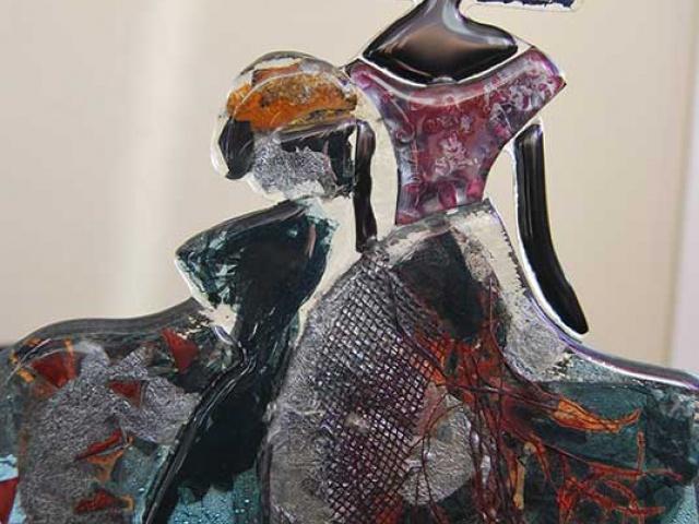 Menina en vidrio de colores mediante la técnica de fusión con inclusiones de metal. 70€